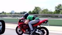 宝马车主挑衅摩托车,摩托车手趴下的一瞬间他自作多情了