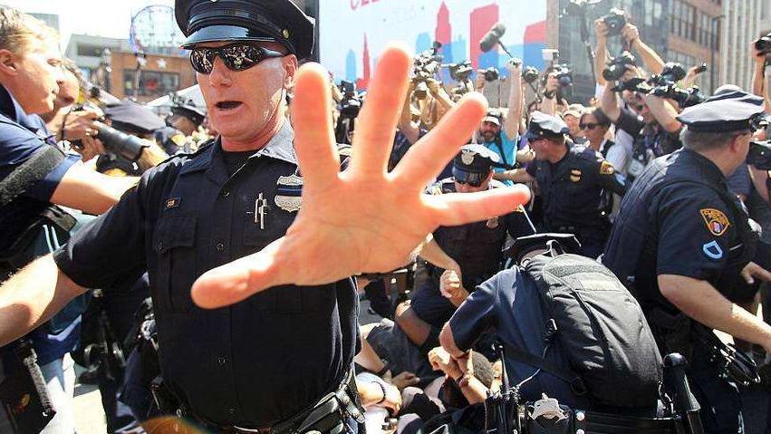 混乱回流美国游行示威, 美警开枪镇压引发民众怒火 自食其果
