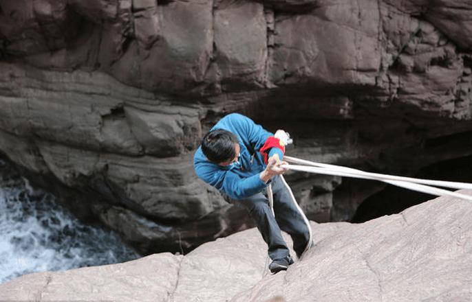 焦作市云台山风景区悬崖上的蜘蛛侠 跟拍57岁清山工年捡垃圾80余吨