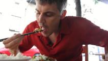 50岁美国大叔迷上中国回锅肉,结果吃完跑到后厨偷学被老板骂