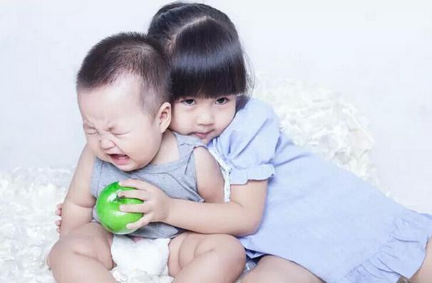 沙小丽的爸妈虽然很想生儿子,但从来不是重男轻女,相反的,他们对沙小丽非常好。 在沙小丽四岁那年,妈妈终于成功生下了一个男孩儿,给他取名沙小溪。 沙小丽很疼自己的弟弟,无论走到哪里都要带着他,结果,导致了后来的悲剧。 有一天,她带着弟弟去游乐园玩儿,就在她走到不远处为弟弟买棉花糖的时候,弟弟被人带走了,沙小丽在游乐园哭着找了一下午也没有将弟弟找回来。你是否感受人生的不顺畅,家庭带来的烦恼,事业的困惑,感情带来的伤感,可观看这个友圈67868089,帮你化解所有的不顺与烦恼。爸妈很快报了警,尽管游乐园安了摄
