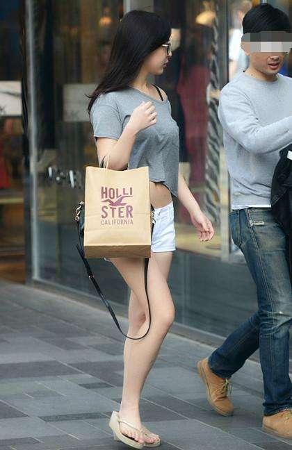 街拍: 每个回头率高的妹子, 都喜欢搭配紧身上衣! 2