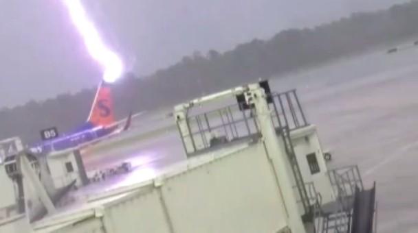 命大! 美国汉飞机场遭雷劈, 三级烧伤大难不死!