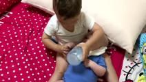 两岁哥哥给弟弟喂奶, 弟弟奶瓶拿不住, 接下来哥哥动作让妈妈暖心