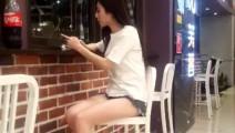 陪老婆去逛街,她找个地方坐下就不走了,这侧身姿势,不想打扰,在边上静静的欣赏着