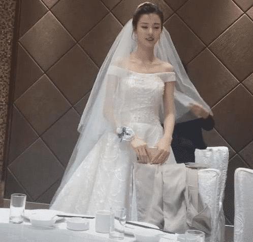 """抖音""""最美新娘""""撞脸王祖贤, 当微笑那一刻, 网友: 新郎你自求多福吧!"""