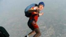 男子高空跳伞结果伞没打开当场摔死