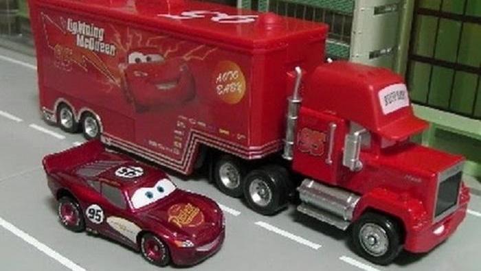 货车赛车和飞机一起参加比赛