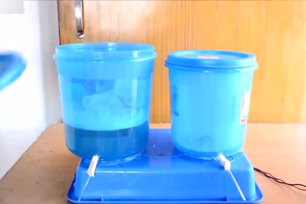 牛人用塑料桶自制洗衣机 居然还可以洗脱两用