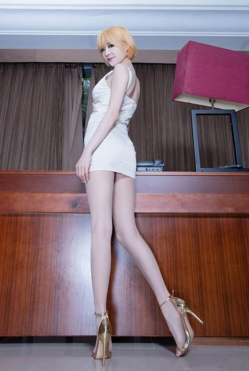 金发台湾美女, 白色蕾丝短裙勾勒美好身材, 丝袜高跟鞋衬托修长纤细美腿