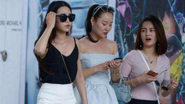 姐妹三人一起逛街,有人穿着高跟鞋,有人搭配平底鞋,哪位更美?