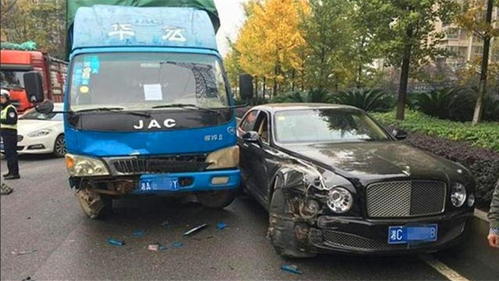 网曝千万元豪车迈凯伦p1国内首撞 天价车祸涨姿势 现场图