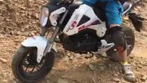 mini摩托车也可以走烂路的