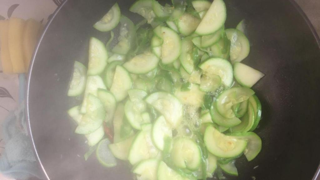 家常青椒炒莴笋的具体的做法,吃着美味健康,大人小孩都喜欢吃