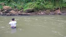 钓鱼: 急水流上撒一网,被冲出去很远!