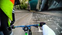 小伙厌倦了枯燥的工作,跑去玩极限山地自行车,来车手第一视角感受下