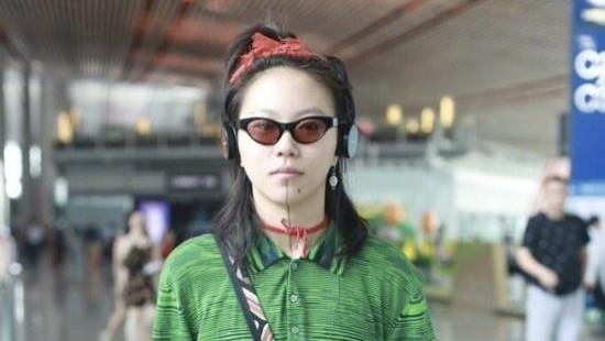 头系红绳穿绿衣, 怕是王菲看了也得醉 窦靖童造型玩出新花样,