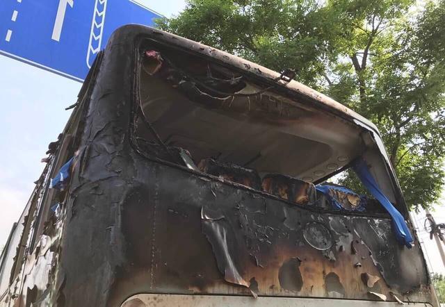 针对今日蟹岛东门停车场起火一事,记者从北京天马通驰汽车租赁公司相关人士获悉,停车场内焚毁的大巴车,系该公司近期购买的51座新能源电动客车。这些车已上牌照,但尚未投入正式运营。目前公司损失惨重,受损车辆数字仍在进一步统计中。