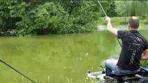男子看到河里鱼漂不见了,拉上来还真的没失望呢