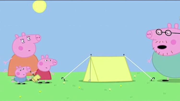 小猪佩奇: 一家人去露营,佩奇和乔治帮忙寻找木柴