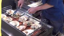 【街头美食】实拍日本海鲜市场,新鲜的大车渠贝 现场清洗切片【现烤先吃】,忍不住流口水
