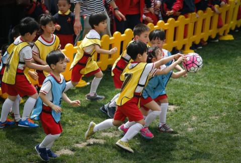 """上海一幼儿园给孩子办球赛, 爸爸妈妈和""""国脚""""都来助阵"""