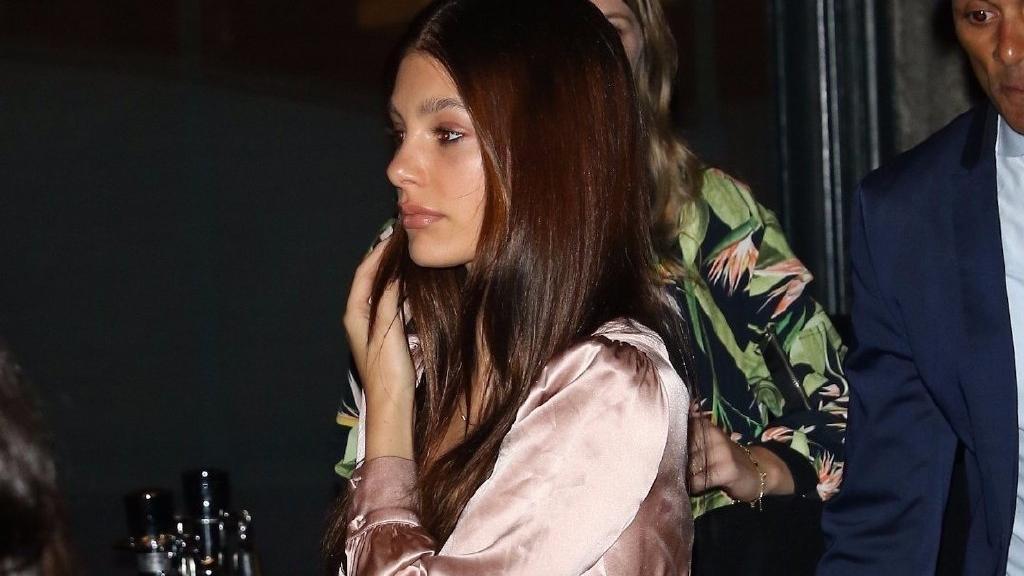 21岁的超模 卡米拉, 身材让人羡慕 小李子莱昂纳多女友现身街头!