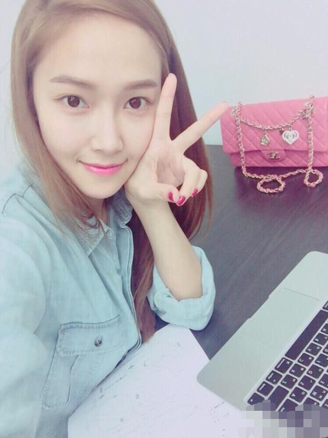 郑秀妍引领西卡潮流, 坐姿独特? 依旧是时尚界的宠儿