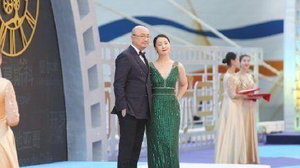 陶虹徐峥参加海南岛电影节, 夫妇同框上演搂腰搀扶甜蜜画面