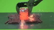 作死用烧至1000℃的金属块点爆竹,接触瞬间懵圈了