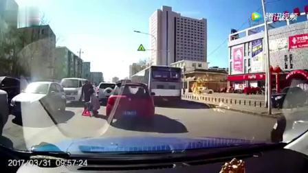 小车作死行为在高速上乱变道, 五菱面包车看不过去了