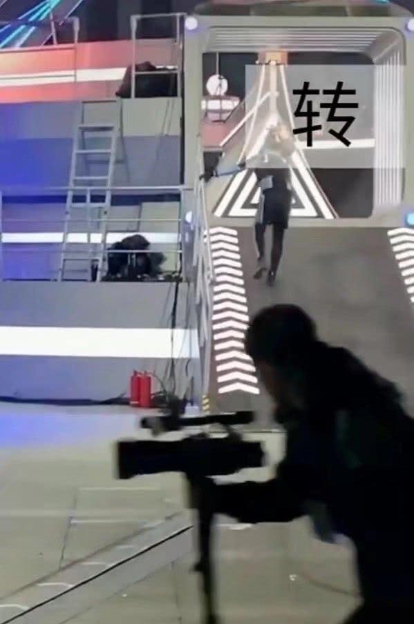 又一段高以翔录制节目画面曝光: 斜坡速滑后迷失方向