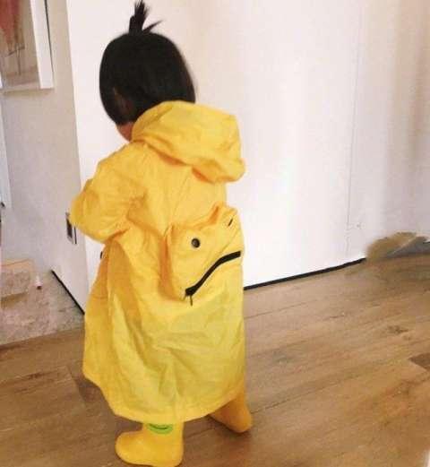 咘咘与雨衣背面的合影留念~背影也很呆萌了,不知道为何,想起了小黄鸭!