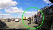 他怒气冲冲的要和货车司机单挑,却没想到被对方揍蒙圈