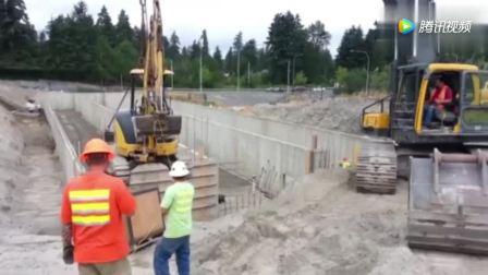 沃尔沃挖掘机,吊起小松挖掘机下去干活!