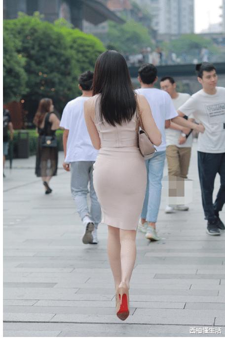 气质女神, 身穿米白色套装臀裙, 很耐看