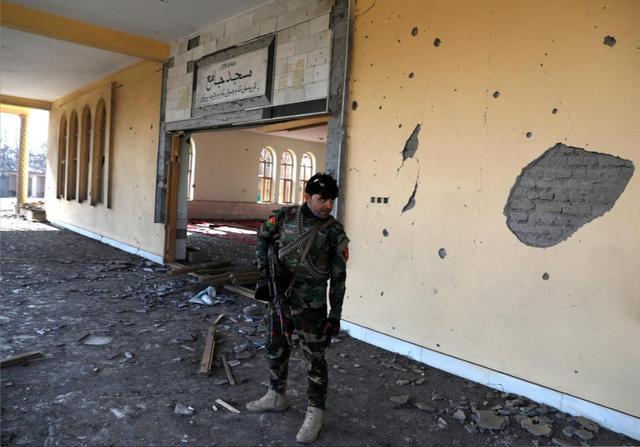 美军阿富汗基地遭自杀炸弹袭击, 数十人死伤