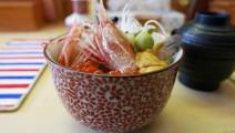 日本北海道海鲜料理,海鲜饭里装满了鱼子大虾生鱼片垂涎欲滴啊!