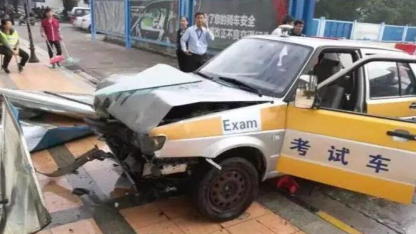 """女子驾考科目二太紧张 油门当刹车""""飞""""出考场"""