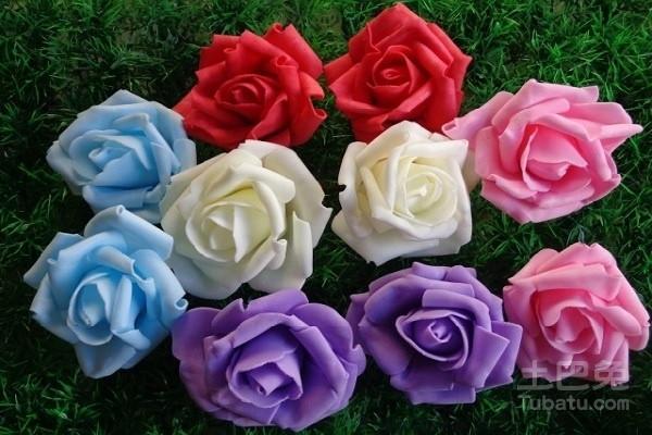 美丽布花的制作方法: 工具;各种颜色的花布、剪刀、针线。 1、用剪刀剪成花的基本形状,刚开始可能剪不好,建议大家多剪花圆片也可以。 2、用针线将花和叶缝在一起,一个花两片叶,这只是最基本模型,还可以发挥自己的想象力。 3、继续对花造型设计,以步骤为模本,继续添加,这个步骤需要提前将花独立缝好,在两三个组成一个缝在叶子上。 纸花不可以粘水,如果时间长了纸花上有灰尘怎么办呢?