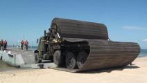 """这辆""""卷轴""""铺路车,让沙滩泥地秒变平整道路,还能作为飞机跑道"""