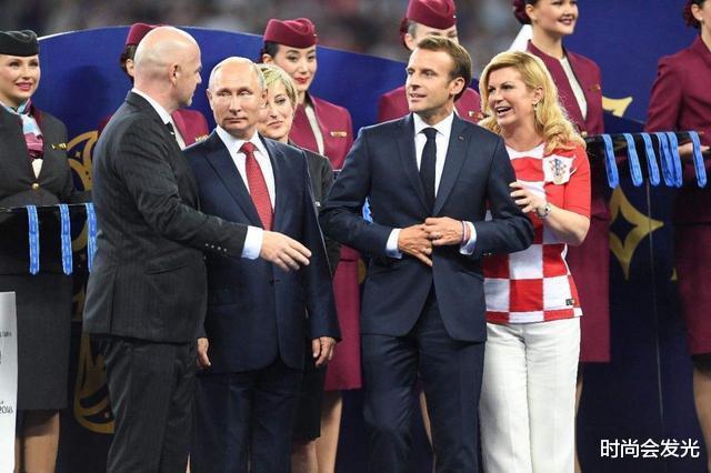 大25岁老婆布丽吉特一直被他宠爱,马克龙和斯洛伐克总统会面时,识趣地后退两步保持距离(图6)