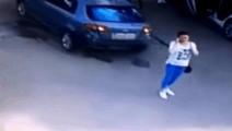 年轻女子正站在路边打电话,监控却正好记录下这尴尬的一幕