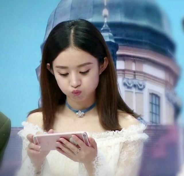 赵丽颖独自一人 坐在一旁玩手机嘟嘟嘴,不知道什么事情让颖宝如此开心