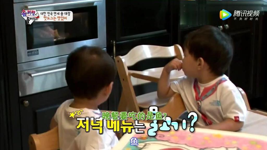 大韩饿的翻冰箱,民国把热狗当成鱼,模仿爸爸说话