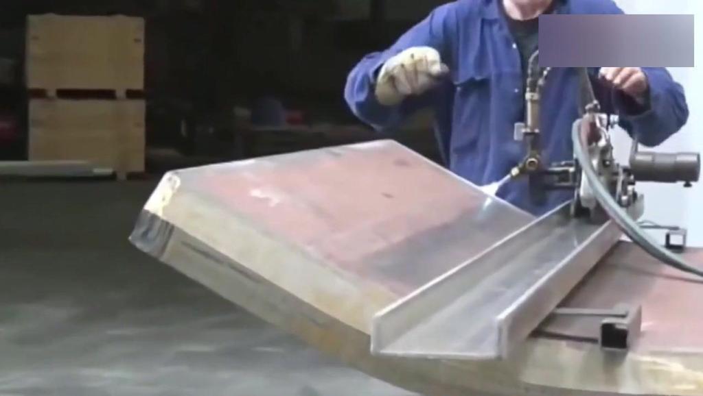 这机械的力道得有多大?一个铁板直接能变成涵管,隔着屏幕都怕!