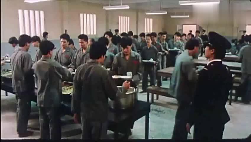 香港经典动作喜剧《扭计杂牌军》: 在监狱里吃个饭都这么凶险!