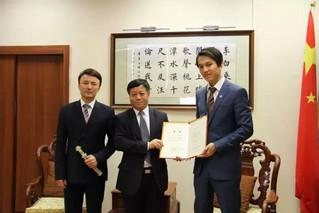 哈萨克斯坦歌手迪玛希应邀到中国驻哈大使馆做客图片
