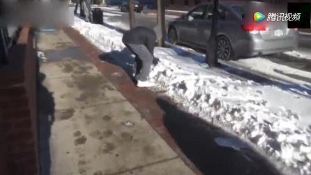 作死小伙自制大雪球偷砸路人, 砸完就跑真刺激, 没被逮住真命大