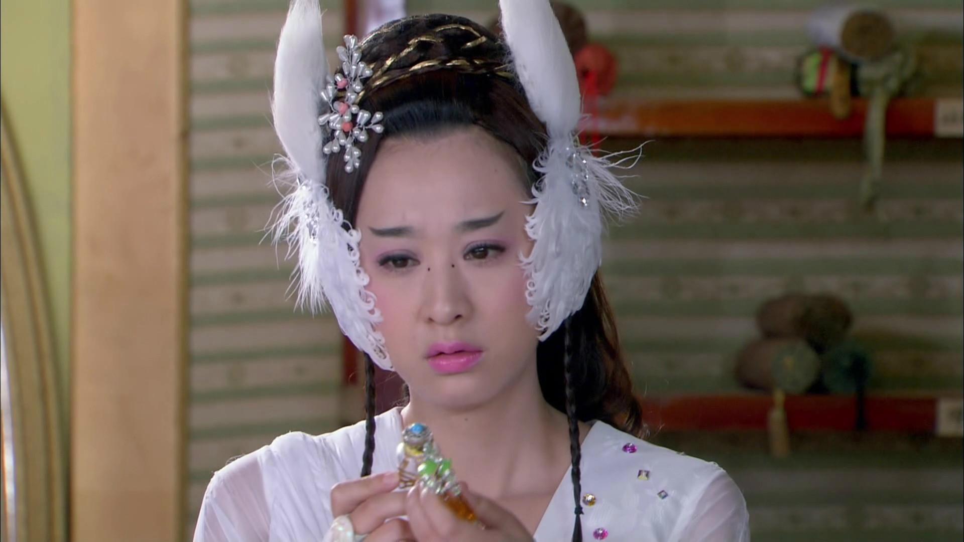 雪雨酷帅、九妹俏皮、李蔷蔷显脸小 发饰贴在脸颊上的古装女子,